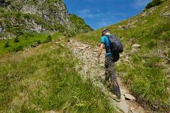 Caminante adolescente en rastro de montaña Imágenes de archivo libres de regalías