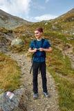 Caminante adolescente en un rastro Foto de archivo libre de regalías