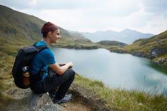 Caminante adolescente por el lago en las montañas Fotografía de archivo