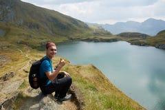 Caminante adolescente por el lago en las montañas Fotos de archivo libres de regalías