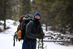 Caminante alpestre - Montana Foto de archivo