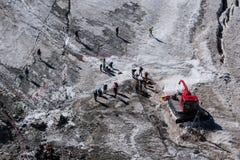 Caminante asegurados con las cuerdas que se preparan para cruzar el glaciar alpino adentro fotos de archivo libres de regalías