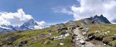 Caminante cerca de Matterhorn Fotografía de archivo
