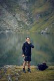 Caminante cerca del lago de la montaña Imagen de archivo