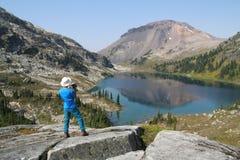 Caminante con la cámara de vídeo sobre el lago ring Fotografía de archivo libre de regalías