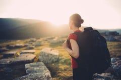 Caminante con la mochila en la montaña imagen de archivo
