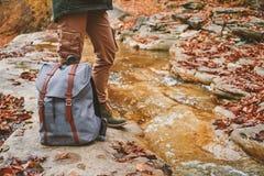 Caminante con la mochila que se coloca cerca de un río Imágenes de archivo libres de regalías