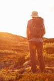 Caminante con la mochila que viaja en las montañas Dovre de Noruega Imágenes de archivo libres de regalías