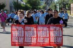 Caminante con la muestra en AIDSwalk Foto de archivo libre de regalías