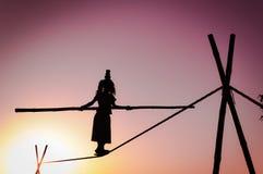 Caminante de cuerda floja femenino en la India Foto de archivo