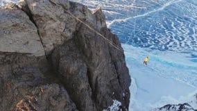 Caminante de la cuerda tirante en el fondo del lago congelado del hielo azul almacen de metraje de vídeo
