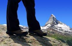 Caminante de la montaña en un viaje en las montañas del penino Imagen de archivo libre de regalías