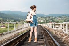 Caminante de la muchacha Fotos de archivo libres de regalías