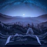 Caminante de la muchacha cerca de la tienda de campaña debajo del cielo estrellado de la noche foto de archivo