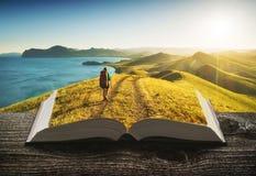 Caminante de la muchacha en las páginas del libro fotografía de archivo