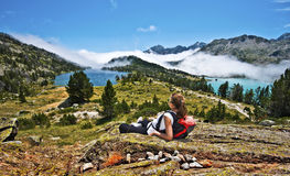 Caminante de la muchacha que disfruta del panorama del macizo de la montaña de Neouvielle imagen de archivo libre de regalías
