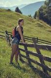 Caminante de la mujer con la mochila Foto de archivo
