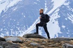 Caminante de la mujer con la mochila en las montañas imágenes de archivo libres de regalías