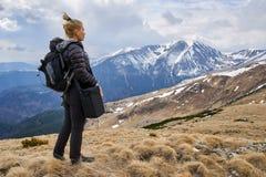 Caminante de la mujer con la mochila en las montañas imagen de archivo libre de regalías