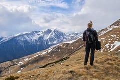 Caminante de la mujer con la mochila en las montañas imagenes de archivo