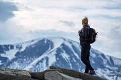 Caminante de la mujer con la mochila en las montañas fotos de archivo libres de regalías