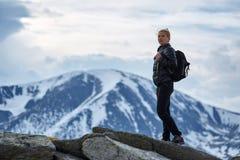 Caminante de la mujer con la mochila en las montañas foto de archivo libre de regalías