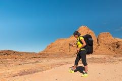 Caminante de la mujer con la mochila y GPS imagen de archivo libre de regalías