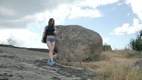 Caminante de la mujer en el pico de montaña almacen de metraje de vídeo