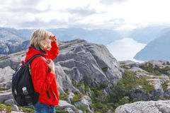Caminante de la mujer en la roca/Preikestolen, Noruega del púlpito Foto de archivo