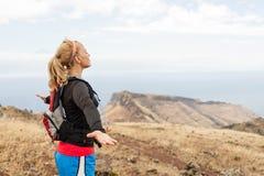Caminante de la mujer en las montañas, brazos extendidos imagen de archivo libre de regalías