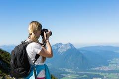 Caminante de la mujer en montañas Foto de archivo libre de regalías