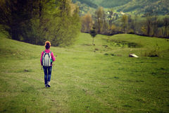 Caminante de la mujer en prado, con el copyspace Fotografía de archivo libre de regalías
