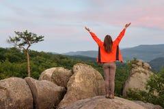 Caminante de la mujer en roca grande encima de la montaña fotos de archivo libres de regalías