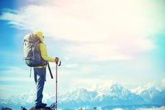 Caminante de la mujer joven en pico de montaña Foto de archivo libre de regalías