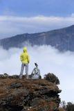 Caminante de la mujer joven en pico de montaña Fotos de archivo