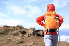 Caminante de la mujer joven que camina en pico de montaña Imagenes de archivo