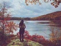 Caminante de la mujer por un lago Fotografía de archivo libre de regalías