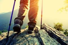 Caminante de la mujer que camina el soporte en el acantilado Fotografía de archivo libre de regalías