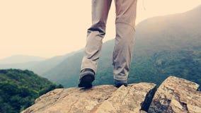 Caminante de la mujer que camina el soporte en el acantilado Imagen de archivo