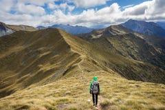 Caminante de la mujer que camina en una sección alpina de la pista de Kepler Fotos de archivo