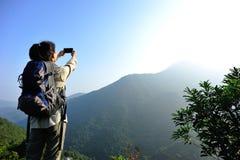 Caminante de la mujer que toma la foto Foto de archivo libre de regalías