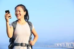 Caminante de la mujer que toma la foto del uno mismo Imagenes de archivo