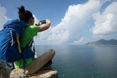 Caminante de la mujer que usa smartphone en caminar viaje foto de archivo libre de regalías