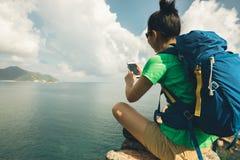 Caminante de la mujer que usa smartphone en caminar viaje imagenes de archivo
