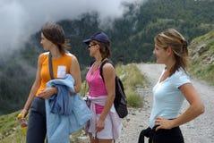 Caminante de las mujeres en montañas Imagen de archivo libre de regalías