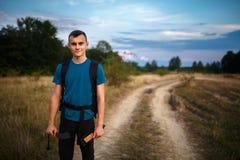 Caminante del adolescente en el campo Imagen de archivo