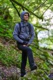 Caminante del adolescente en un rastro Imagenes de archivo