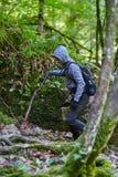 Caminante del adolescente en un rastro Fotografía de archivo