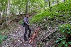 Caminante del adolescente en un rastro Imagen de archivo libre de regalías