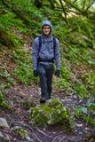 Caminante del adolescente en un rastro Fotos de archivo